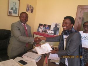 Molinge handing over certificate to Anagoh